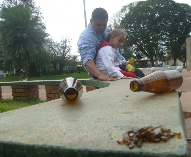 William Aparecido Arantes mostra à filha que o banco da praça é feito de vidro - Crédito: Foto: Abílio Pietramale