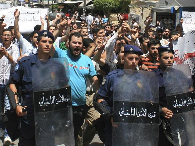 Manifestantes sírios protestam contra o regime de Assad nesta sexta-feira - Crédito: Foto: AP