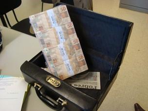 Dinheiro falso estava embalado em pacote plástico  - Crédito: Foto: Divulgação/ Deic
