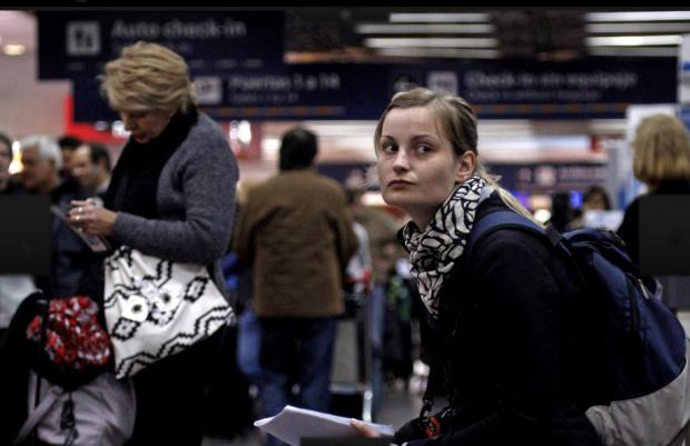 Turista francesa aguarda voo no Aeroparque de Nova York nesta terça - Crédito: Foto : AP