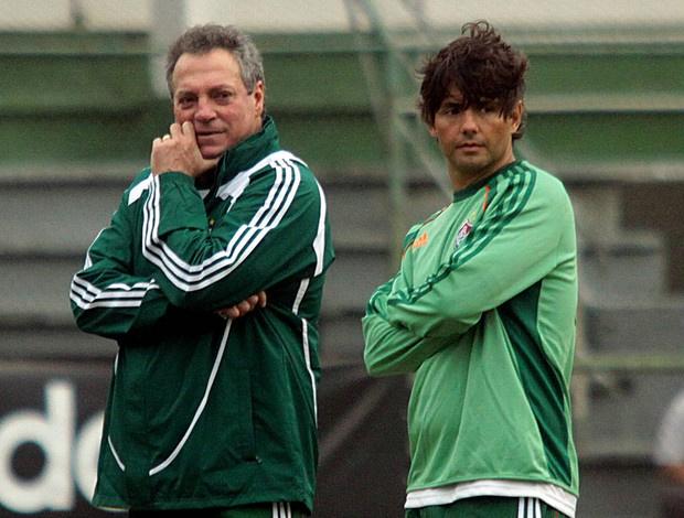Abel, ao lado de Criatiano Nunes, observa o treino do Fluminense: problemas em poucos dias de casa - Crédito: Foto: Ralff Santos / FluminenseFC