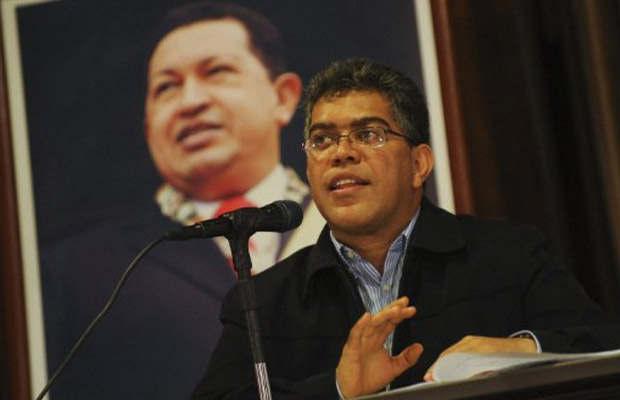 O vice-presidente da Venezuela, Elias Jaua, dá entrevista nesta segunda-feira - Crédito: Foto: AP