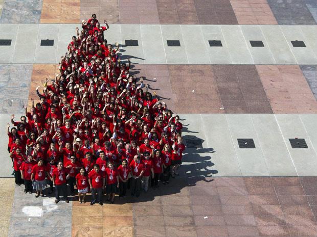 Pessoas formam \'gota\' de sangue na Suíça, para celebrar o Dia Mundial. - Crédito: Foto: Salvatore Di Nolfi / AP Photo