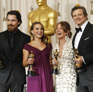 Christian Bale, Natalie Portman, Melissa Leo e Colin Firth com suas estatuetas do Oscar em 2011  - Crédito: Foto: AP