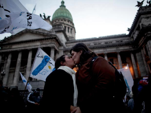Casal gay beija-se em frente ao Congresso em Buenos Aires, na Argentina, em julho do ano passado, após a aprovação do casamento gay argentino. - Crédito: Foto: AP