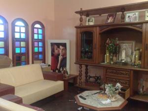 Sala onde as vítimas e os bandidos passaram a maior parte do tempo. - Crédito: Foto: Rafaela Céo/G1