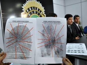Polícia mostra exames de impressões digitais feitas pela perícia. - Crédito: Foto: Tatiane Queiroz,  G1 MS