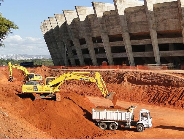 Máquinas em ação nas obras do Mineirão nesta quarta-feira: poucos trabalhadores não aderiram à greve - Crédito: Foto: Leonardo Simonini / Globoesporte.com