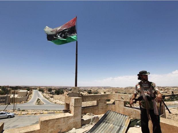 Rebelde sobre telhado da cidade líbia de Kikla nesta terça-feira - Crédito: Foto: AP