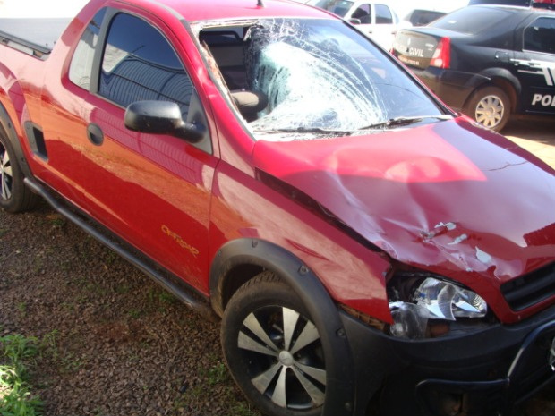 Impacto do atropelamento danificou o carro e quebrou parte do parachoque - Crédito: Foto: Divulgação/PRF