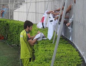 Juninho distribuiu autógrafos para fãs em São Januário - Crédito: Rafael Cavalieri / Globoesporte.com