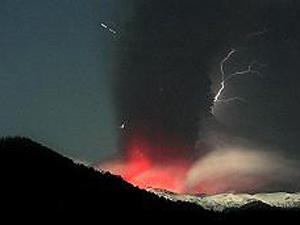 Cinzas do vulcão chileno Puyehue prejudicam voos na América do Sul, Austrália e Nova Zelândia.  - Crédito: Foto: AP Photo / via BBC