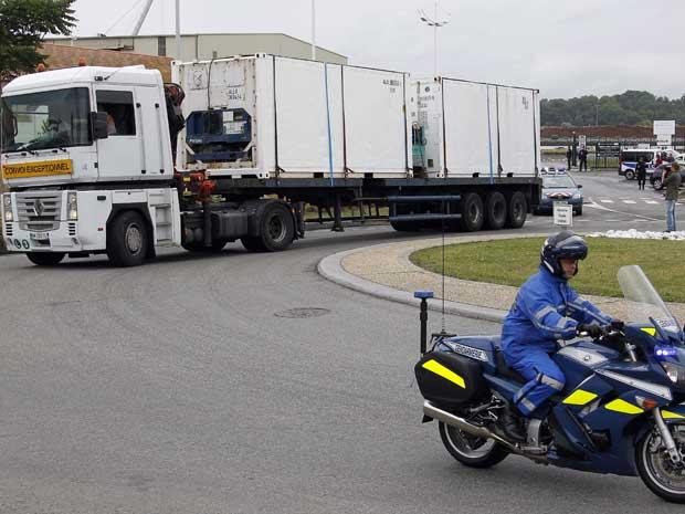 Corpos de vítimas do voo 447 da Air France foram transportados em caminhões do porto de Bayonne a Paris. - Crédito: Foto: Bob Edme / AP Photo