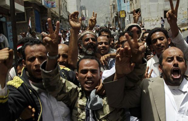 Manifestantes contrários ao governo do Iêmen protestam nesta sexta-feira - Crédito: Foto: AP