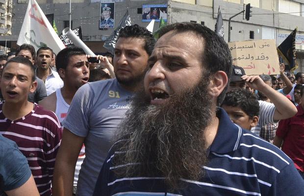 Manifestantes protestam contra o governo da Síria em Trípoli, no norte do Líbano, nesta sexta-feira - Crédito: Foto: AP
