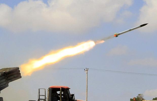 Foguete é lançado das fileiras rebeldes próximo a Misrata nesta sexta-feira - Crédito: Foto: AP
