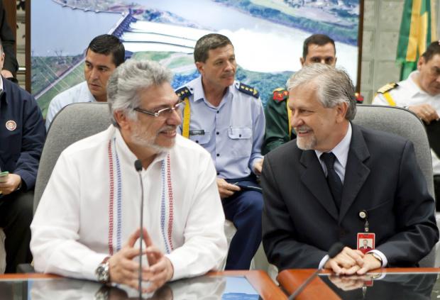 Fernando Lugo e Jorge Samek ontem na assinatura de contratos do linhão - Crédito: Foto : Caio Coronel