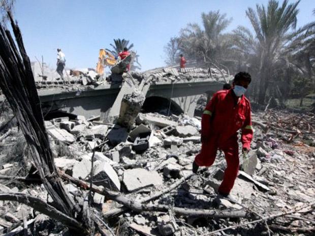Edifício destruídos em Sorman, subúrbio de Trípoli, nesta segunda-feira - Crédito: Foto: AP
