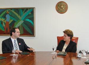 Dilma conversa com médico oncologista Paulo Hoff no Palácio do Planalto - Crédito: Foto: Roberto Stuckert Filho / Presidência