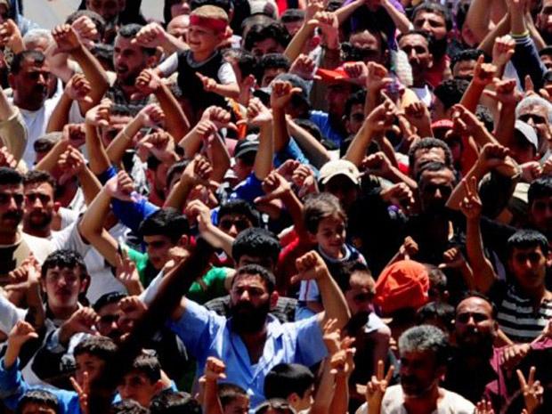 Sírios protestam contra o presidente Bashar al Assad em campo de refugiados em Hatay, na Turquia, nesta segunda-feira - Crédito: Foto: AP