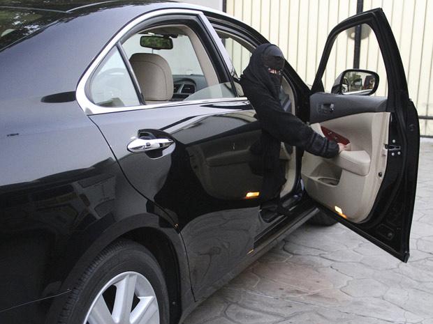 Mulher saudita em carro na cidade de Jeddah - Crédito: Foto: Susan Baaghil / Reuters