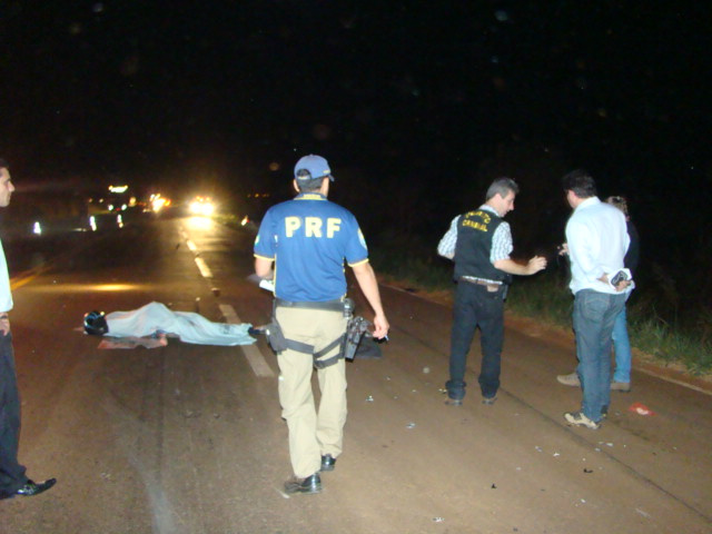 Motociclista morreu na BR163; no detalhe a vítima - Crédito: Foto: Sidnei L. Bronka