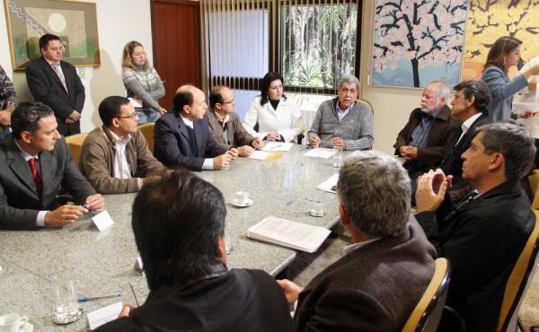 A assinatura dos convênios aconteceu ontem no gabinete de André Puccinelli - Crédito: Foto : Rachid Waqued