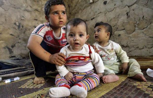 Crianças sírias que deixaram a cidade de Homs pela violência se abrigam em região da fronteira com o Líbano - Crédito: Foto: Joseph Eid/AFP