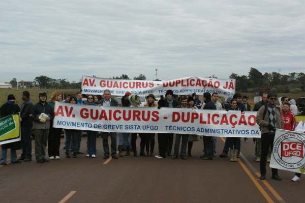 Técnicos administrativos em greve protestam na Avenida Guaicurus pedindo a duplicação - Crédito: Foto :  Hédio Fazan/PROGRESSO