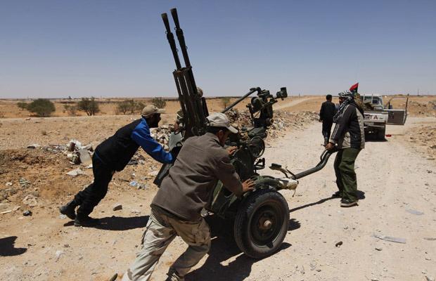 Rebeldes saqueiam nesta terça-feira - Crédito: Foto: AFP