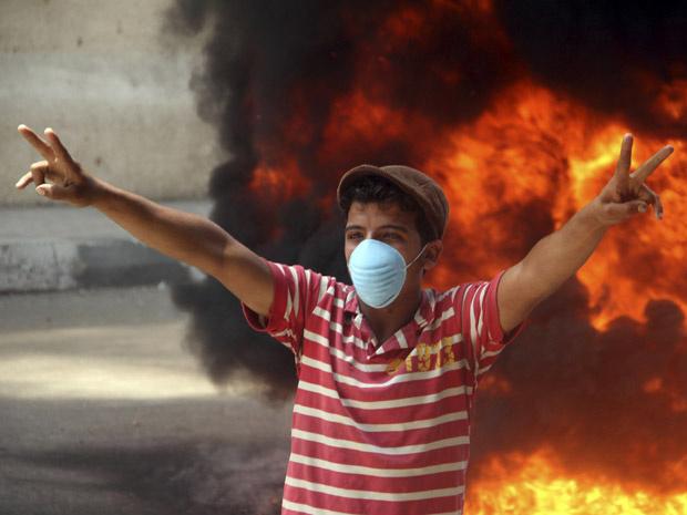 Manifestante faz sinal de vitória durante protesto no Cairo nesta quarta-feira - Crédito: Foto: a
