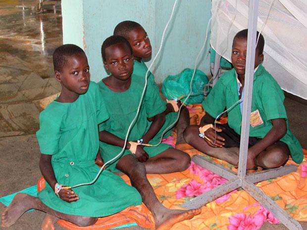 Crianças sobreviventes recebem cuidados no hospital de Kiryandongo - Crédito: Foto: Hudson Apunyo/Reuters