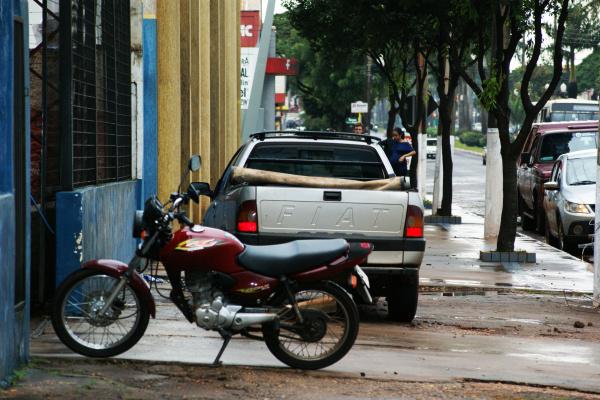 Veículos ocupando lugar de pedestres nas calçadas continuam desafiando a lei em Dourados - Crédito: Foto : Hédio Fazan/PROGRESSO