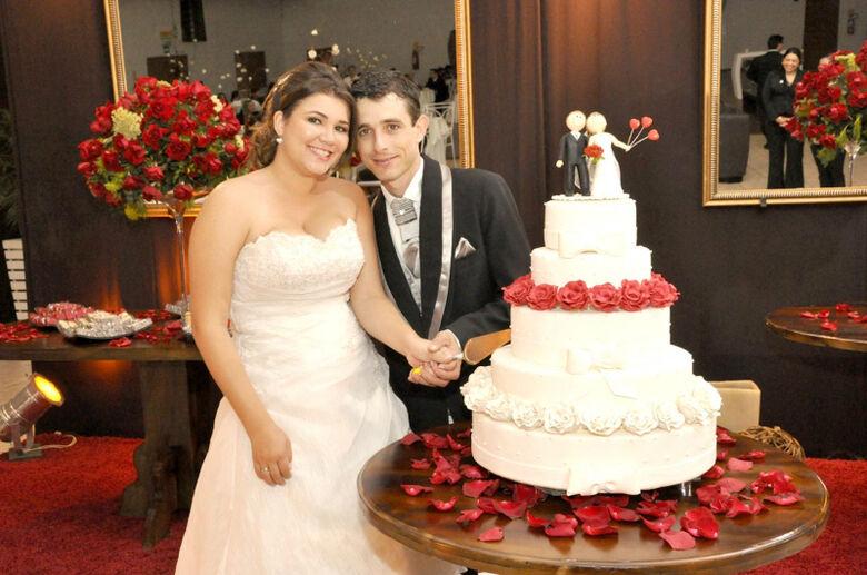 Os noivos Renata Lago e Tiago José Stefanello -