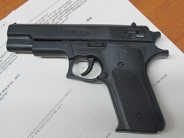 Arma de brinquedo que estava com homem, de 22 anos, que foi reconhecido por uma vítima durante uma abordagem policial - Crédito: Foto: Marcelo Mora/G1