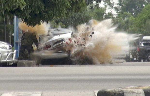 Carro-bomba montado por insurgentes explode enquanto um funcionário do esquadrão antibombas inspecionava o veículo na província de Narathiwat, sul de Bangcoc, nesta sexta-feira - Crédito: Foto: Reuters