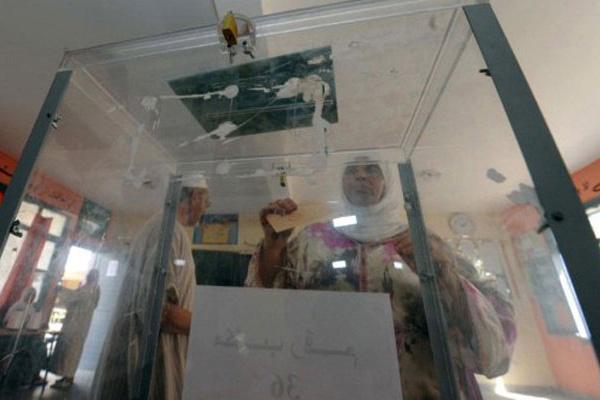 Marroquinos depositam cédulas de votação nesta sexta, em Sale - Crédito: Foto: Abdelhak Senna/AFP