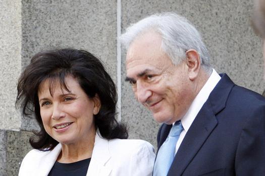 O ex-chefe do FMI Dominique Strauss-Kahn sorri, ao lado da mulher, ao deixar o tribunal nesta sexta-feira - Crédito: Foto: AP