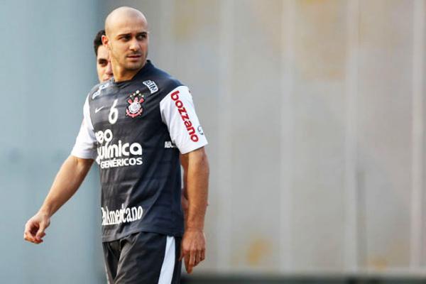 Alessandro treina com bola e pode enfrentar o Vasco na quarta -