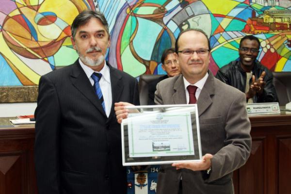 Barbosinha recebe do vereador Ramão de Deus o título de Cidadão Pontaporanense - Crédito: Foto: Divulgação
