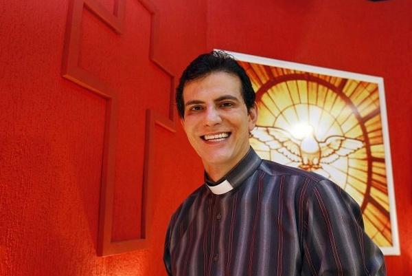 Padre Reginaldo Manzotti faz show na Vila São Pedro, Domingo, após romaria - Crédito: Foto: Divulgação