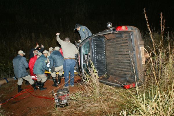 Caminhonete capotou após bater em coqueiro na BR 463 - Crédito: Foto : Hédio Fazan/PROGRESSO