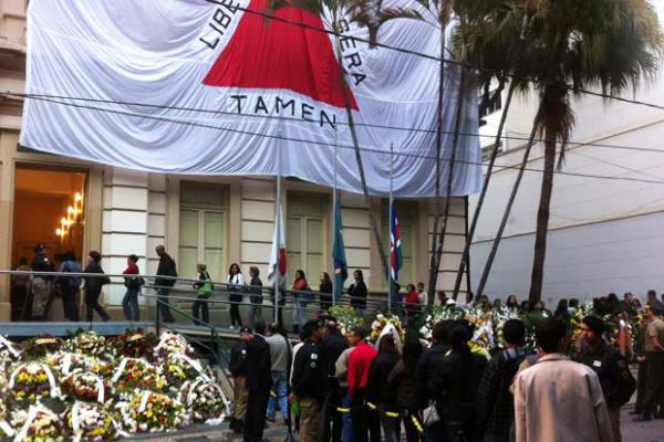 Juizforanos fazem fila para dar adeus ao ex-presidente na Câmara dos Vereadores na manhã desta segunda-feira - Crédito: Foto: Tássia Thum/G1