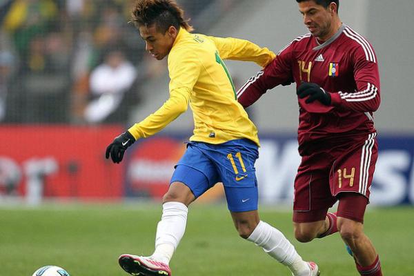Neymar marcado em cima por Lucena durante o jogo contra Venezuela - Crédito: Foto: Agência EFE
