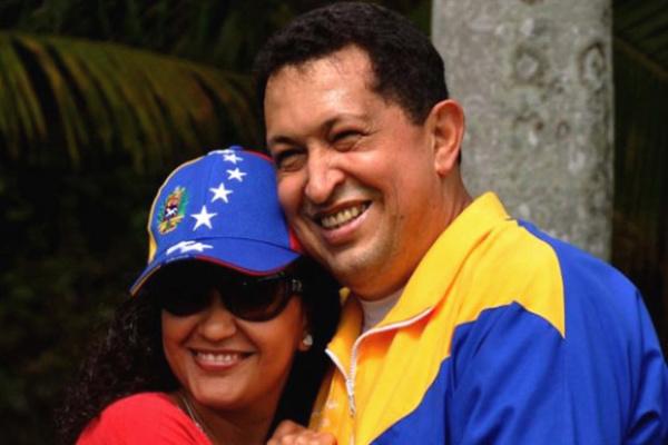 O presidente da Venezuela, Hugo Chávez, abraça a filha Rosa Virgínia em Havana neste sábado - Crédito: Foto: AP