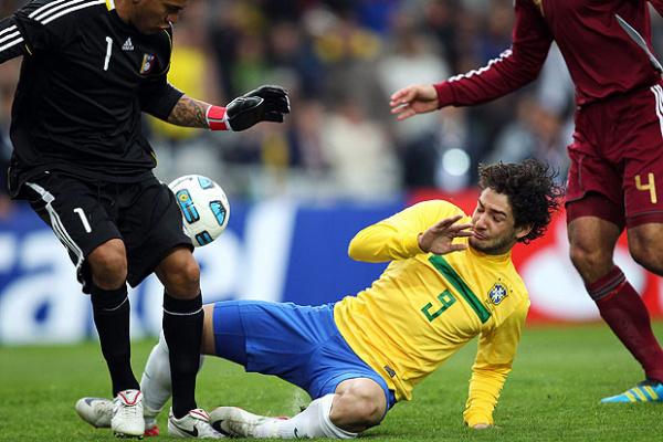 Alexandre Pato luta contra o goleiro Vega e o zagueiro Vizcarrondo - Crédito: Foto: EFE