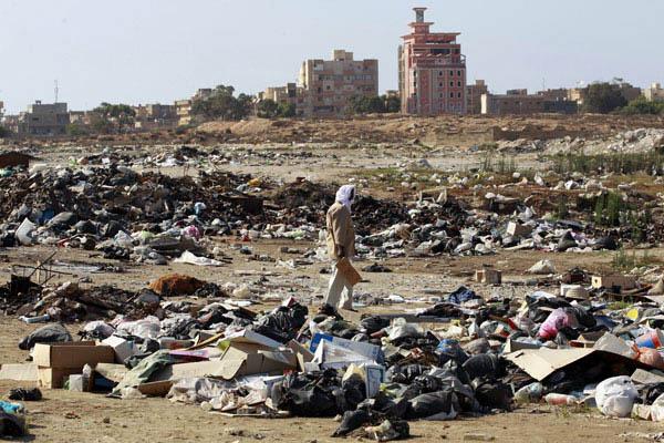 Homem busca materiais recicláveis em lixão de Benghazi - Crédito: Foto: Thaier al-Sudani/Reuters
