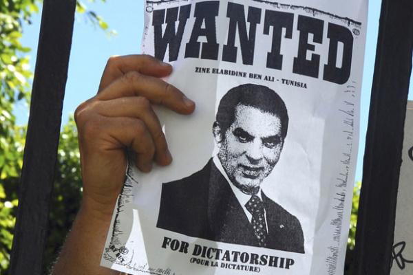 Manifestante protesta contra o ex-presidente tunisiano Ben Ali em 20 de junho em frente ao tribunal em Túnis - Crédito: Foto: AP