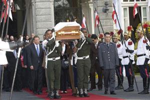 O caixão com o corpo de Itamar Franco ao deixar o Palácio da Liberdade, em BH, rumo ao cemitério Parque Renascer, em Contagem, onde foi cremado - Crédito: Foto: Mister Shadow/AE