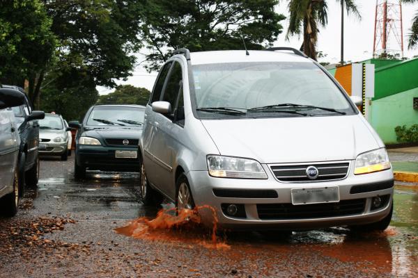 Com a chuva buraqueiras voltaram a aparecer nas ruas da cidade de Dourados - Crédito: Foto: Hedio Fazan/PROGRESSO